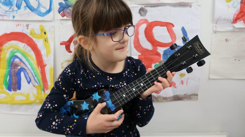 girl with kids ukulele